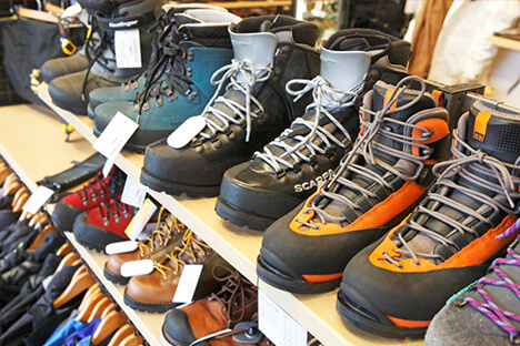 ザックやバッグ、ステッキ、コンロ、燃料、調理用品など日帰り登山に用意したいアイテムから、シュラフや山岳テント、アイゼン、ピッケルといった本格的な登山用品まで  ...